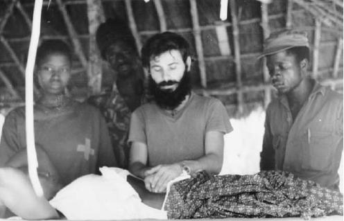 در جنگ استقلال گینه بیسائو (۱۹۷۴–۱۹۶۳) تنها پزشک خارجی غیرکوبایی، انریکو رومرو، عکس بالا، بود.